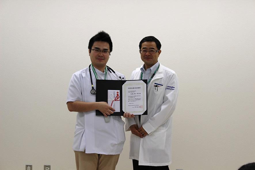 研修医奨励賞を受賞した大畑先生と松永教授